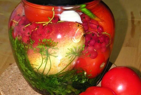помидоры с красной смородиной и зеленью