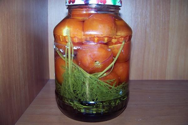 помидоры с морковной ботвой в большой банке