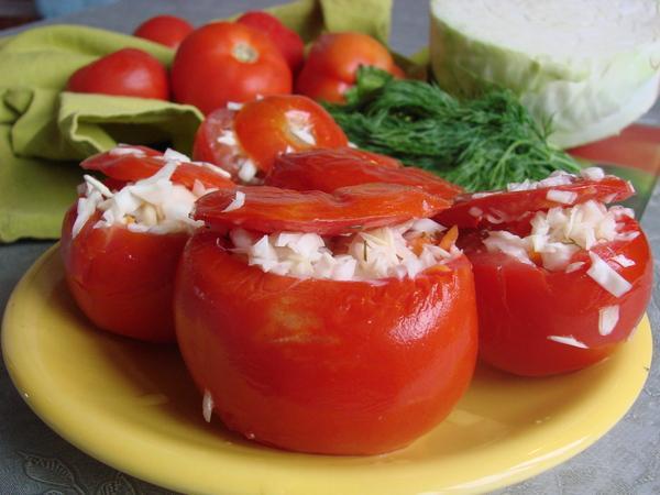 помидоры по армянски на тарелке