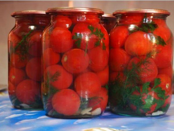 помидоры с зеленью и чесноком в банке