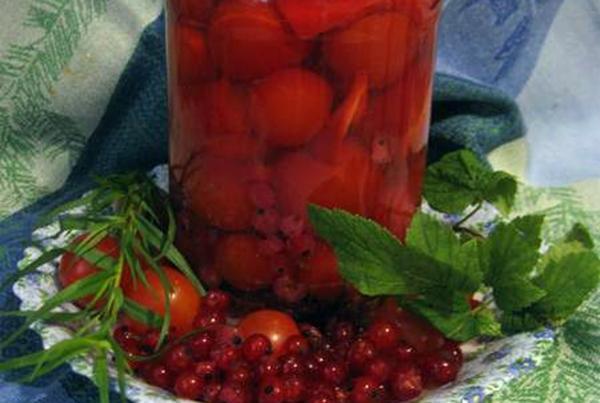 помидоры с красной смородиной в банке