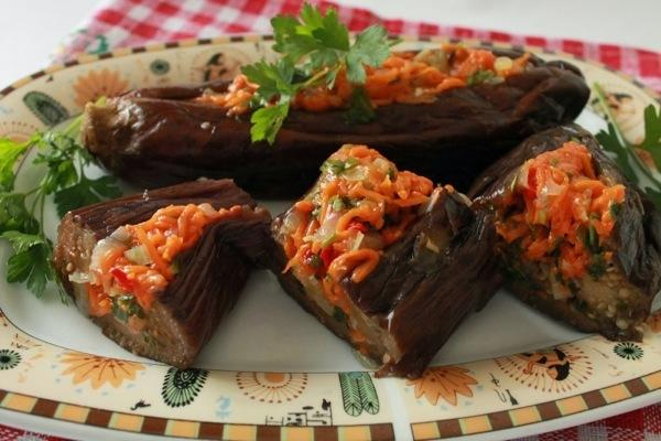 Баклажаны квашенные с морковью на тарелке