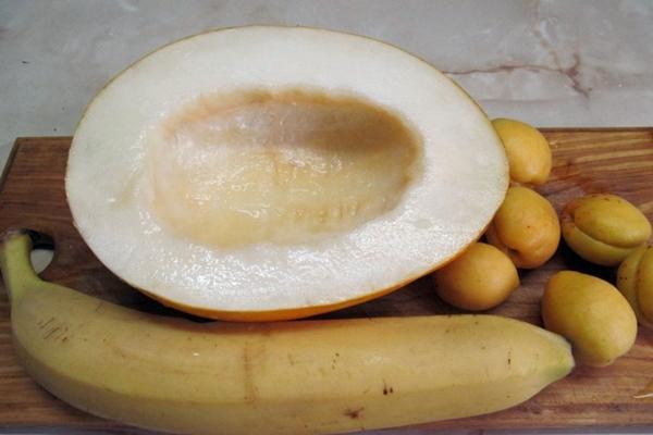 банан, дыня и абрикосы