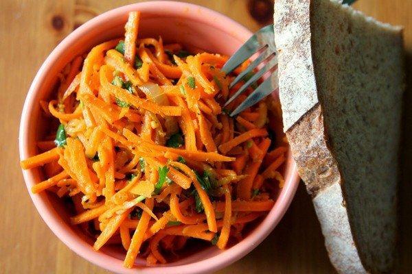морковь по корейски в миске