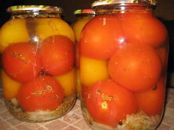 помидоры с сельдереем в банках на столе