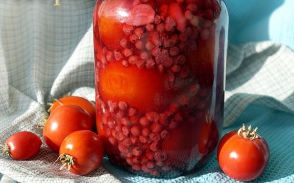 помидоры в соке смородины в банке