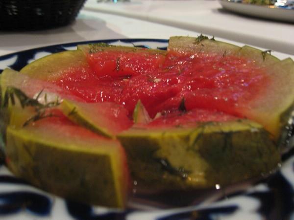 соленые арбузы на тарелке