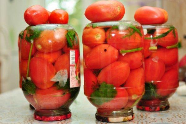помидоры с зеленью в банках