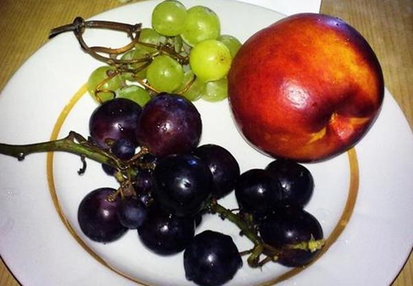 виноград и нектарин