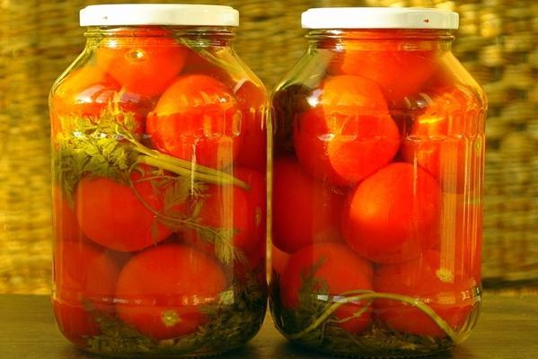 помидоры с морковной ботвой и перцем