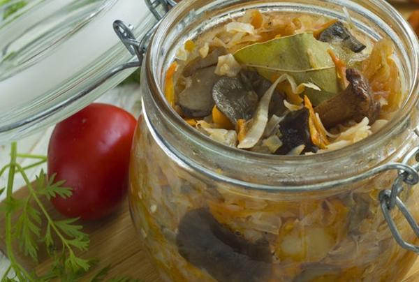 солянка с грибами в баночке на столе