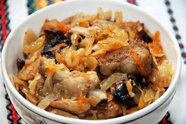 солянка с грибами в миске