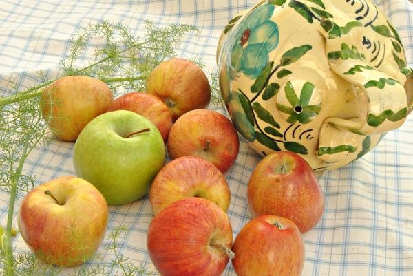крупные яблоки на столе
