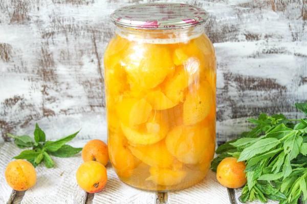 компот из абрикосов в банке на столе