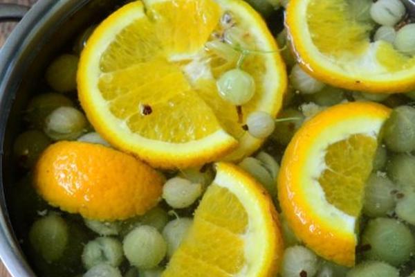 процесс варки компота с крыжовников и апельсином