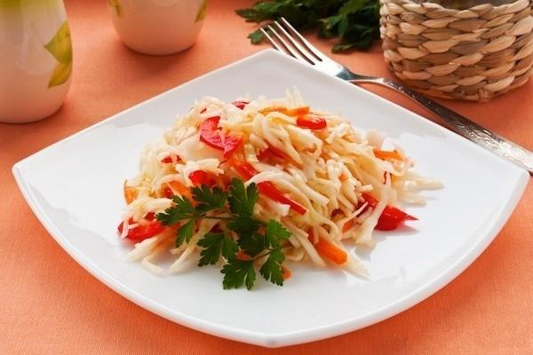 пекинская капуста маринованная в блюде