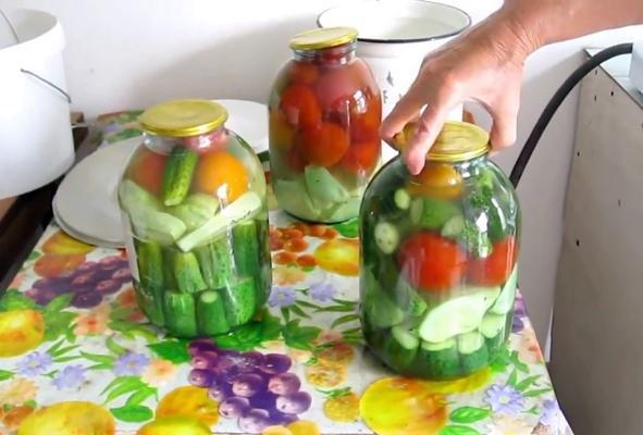 процесс готовки патиссонов с помидорами и огурцами