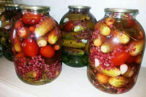 помидоры с красной смородиной и огурцами