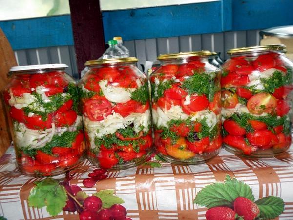 зеленые помидоры по армянски в банках на столе