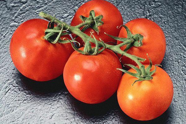 томаты на столе