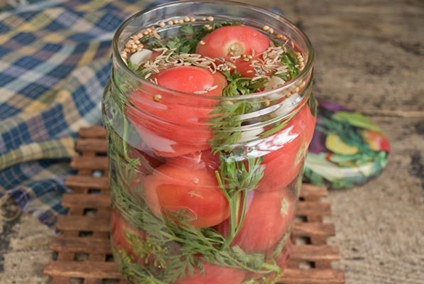 помидоры с морковной ботвой в банке на столе