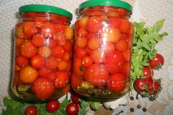 помидоры черри в банках на столе