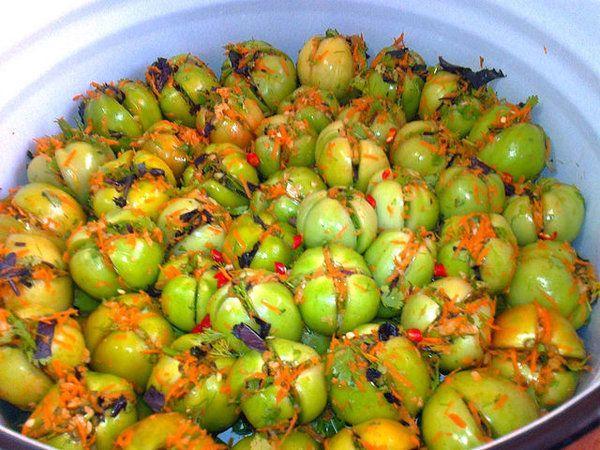 помидоры по грузински в миске