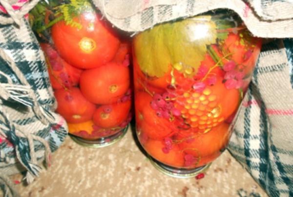 помидоры с красной смородиной в банках на столе