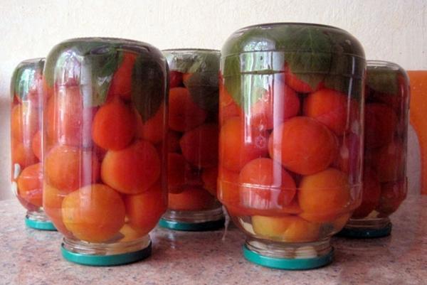 помидоры с малиновыми листьями в банках на столе
