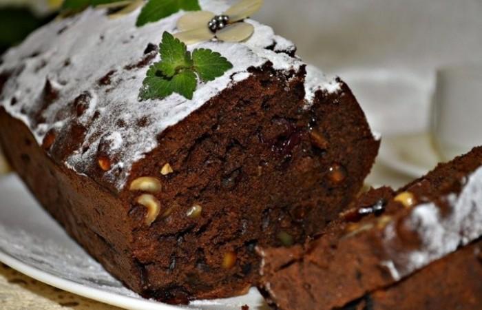Шоколадный кекс с фундуком и изюмом