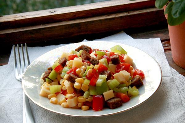 Салат из перца, сыра и кукурузы