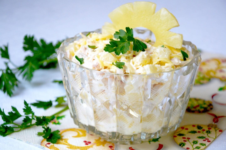 Классический салат с ананасом, курицей и сыром