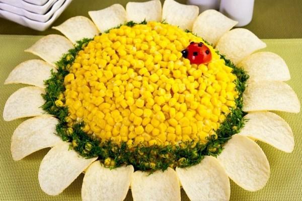 Слоеный «Подсолнух» с кукурузой и чипсами
