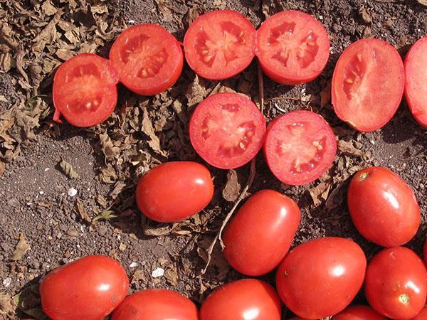 разрезанные томаты