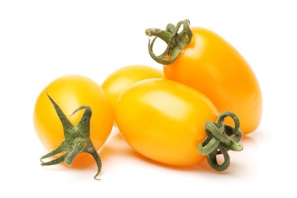 желтый томат на столе
