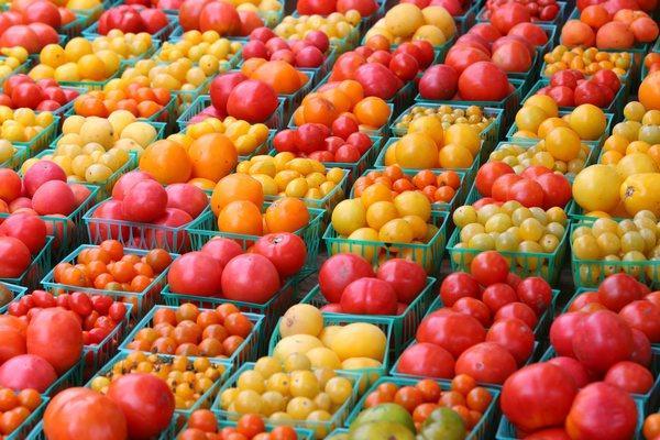 разные томаты в корзинках