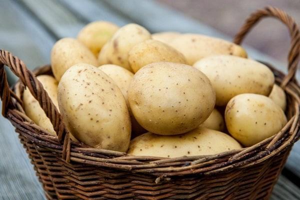 картошка в корзине