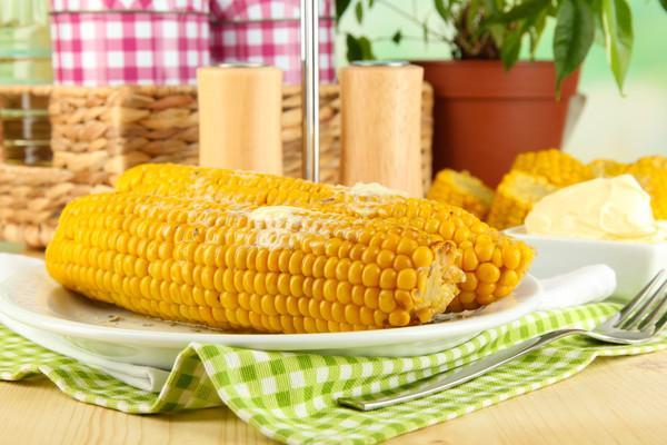 кукуруза на тарелке