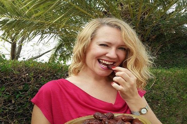 девушка кушает финики