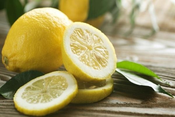 Лимон в комнате на столе