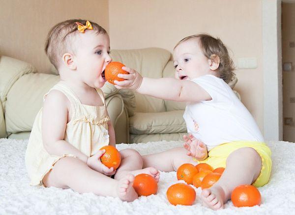 дети с мандаринами