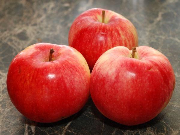 три яблоки