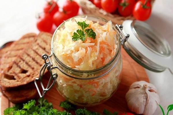 Быстрый рецепт замаринованной капусты в горячем рассоле