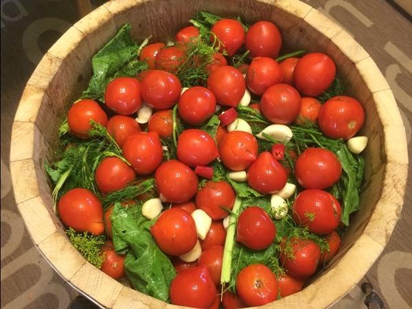 Рецепт бочковых томатов с листьями хрена, вишни и смородины