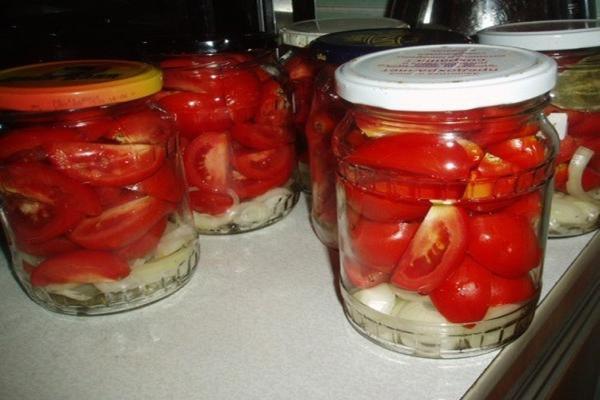 Резаные помидоры с луком, маслом и гвоздикой