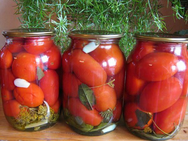 Засаливаем помидоры с зеленью и лимонным соком