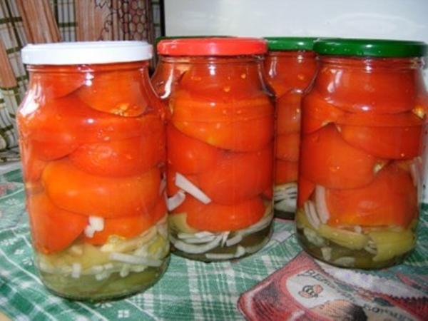 Резаные помидоры с луком в литровых банках