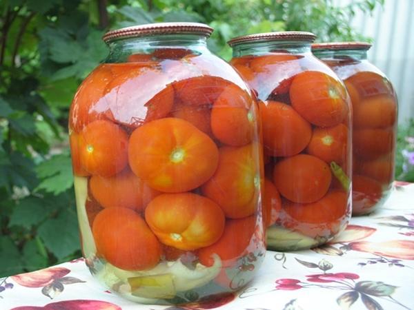Сладкие маринованные помидоры с луком в банках