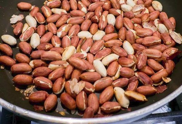 арахис на сковороде