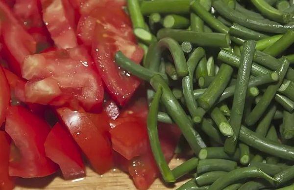 помидоры и чесночные стрелы